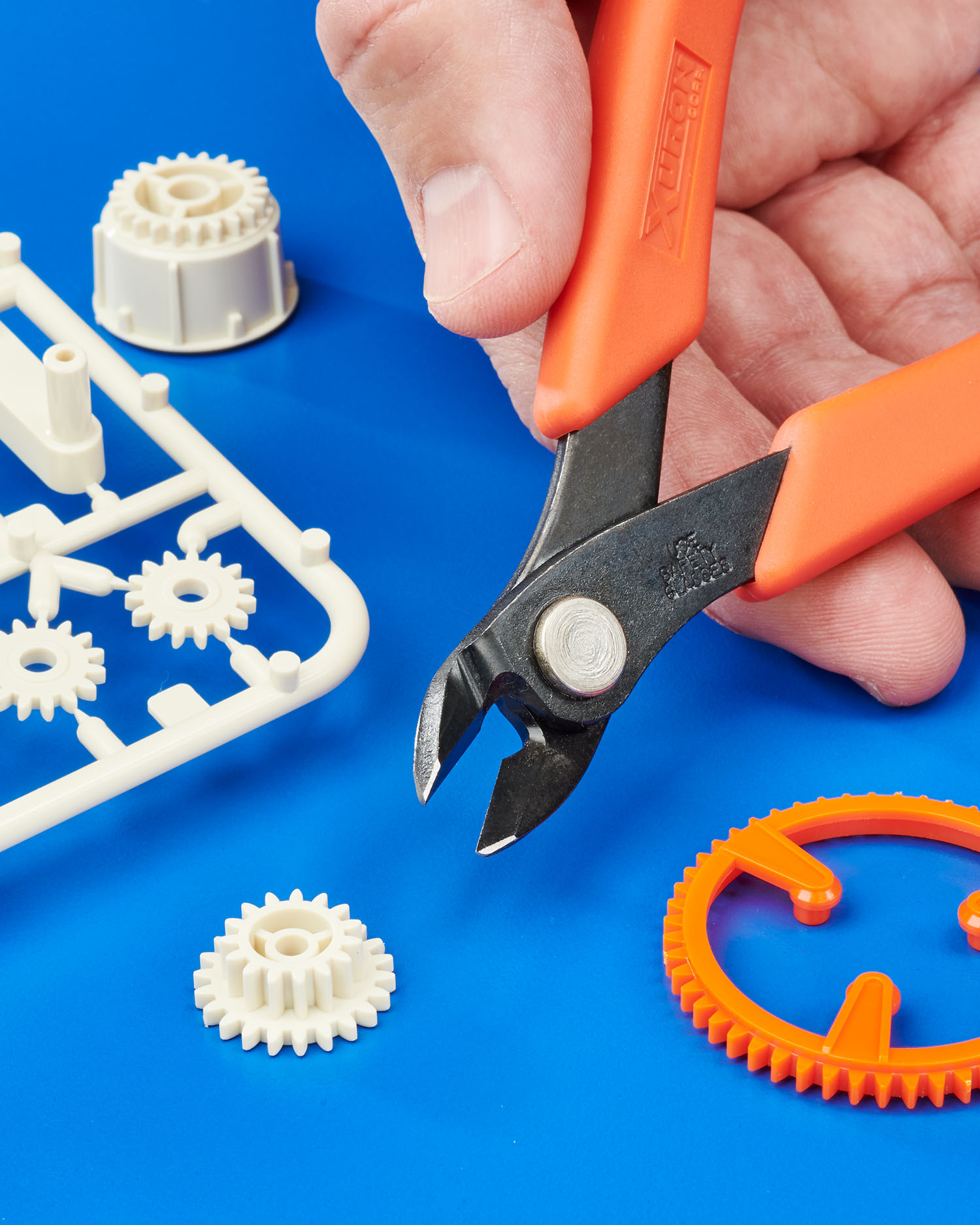 PLASTIC SPRUE CUTTER REMOVES PARTS WITHOUT CRUSHING